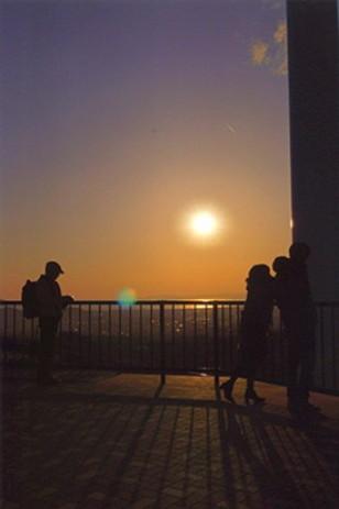 光と陰5 (パワースポット② 落陽) 展望台とシルエット